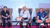 Thủ tướng Nguyễn Xuân Phúc đối thoại với nông dân. Ảnh: VGP/Quang Hiếu