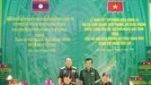 Lãnh đạo Bộ đội Biên phòng hai nước Việt Nam - Lào ký biên bản bàn giao và tiếp nhận vật tư y tế