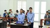 Bị cáo Đinh Văn Giáp (trái) và bị cáo Đinh Văn Trường tại phiên xét xử. Ảnh: TTXVN