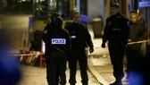 Đồn cảnh sát ở ngoại ô Paris bị tấn công. Ảnh: Urdupoint