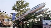 Tên lửa hành trình siêu thanh BrahMos được trưng bày tại một sự kiện ở New Delhi, Ấn Độ. Ảnh: AFP/TTXVN