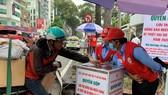 Người dân quyên góp tiền tại thùng đặt trước Hội Chữ thập đỏ TPHCM