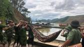 Di chuyển nạn nhân tử vong đầu tiên trong số 17 người mất tích tại khu vực thủy điện Rào Trăng 3