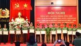 Thứ trưởng Bộ Công an Lê Quý Vương trao Bằng khen cho các tập thể, cá nhân có thành tích xuất sắc trong thực hiện chương trình cải cách hành chính. Ảnh: TTXVN
