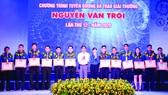 Thanh niên công nhân đạt giải thưởng Nguyễn Văn Trỗi năm 2020 được vinh danh tối 28-10. Ảnh: THÁI PHƯƠNG