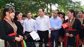 Chủ tịch Ủy ban Trung ương MTTQ Việt Nam Trần Thanh Mẫn thăm hỏi người dân thôn Đồng Mà, xã Trung Yên, huyện Sơn Dương (Tuyên Quang). Ảnh: VGP