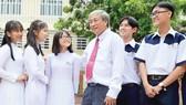 Thầy Bùi Trí Hiệp và học sinh Trường THPT Mạc Đĩnh Chi. Ảnh: THANH HÙNG