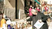 Khách tham quan mua sắm tại chợ El Rastro