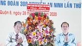 Phó Bí thư Thành ủy, Trưởng Ban Tổ chức Thành ủy TPHCM Nguyễn Hồ Hải tặng hoa chúc mừng họp mặt truyền thống Chợ Lớn - Trung Huyện lần thứ 35. Ảnh: LONG HỒ