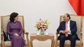 Thủ tướng Nguyễn Xuân Phúc và Đại sứ Cuba Lianys Tores Rivera - Ảnh: VGP/Quang Hiếu