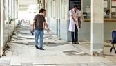 Bác sĩ CKII Huỳnh Thanh Hiển (phải) phản ánh tình trạng xuống cấp tại cơ sở nội trú Lê Minh Xuân (huyện Bình Chánh). Ảnh: HOÀNG HÙNG