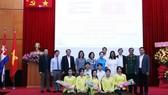 Các đại biểu dự lễ kỷ niệm chụp ảnh lưu niệm cùng các sinh viên đội văn nghệ. Ảnh: TTXVN