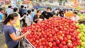 Người dân mua sắm tại Emart, Gò Vấp, TPHCM. Ảnh: CAO THĂNG