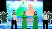 Nhóm Bản sắc Việt biểu diễn trên sân khấu với trang phục truyền thống