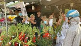 Khách hàng tấp nập tại một điểm bán hoa tươi  Chợ đầu mối Thủ Đức