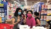 Hàng giảm giá được người tiêu dùng chọn mua tại Co.opmart