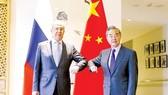 Ngoại trưởng Nga Sergei Lavrov (trái) gặp người đồng cấp Trung Quốc Vương Nghị tại Quế Lâm, Trung Quốc