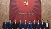 Thủ tướng Nguyễn Xuân Phúc cùng lãnh đạo thành phố Hà Nội. Ảnh VGP