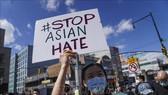 Người dân tham gia tuần hành phản đối bạo lực nhằm vào người gốc Á tại New York, Mỹ, ngày 27-3-2021. Ảnh: THX/TTXVN