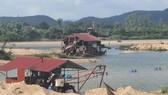 Dù chưa được phép của UBND tỉnh Phú Yên nhưng Công ty TNHH Vận tải - Xây dựng Hồng Nguyên đã đưa các thiết bị hút cát vào mỏ cát