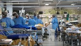 Nhân viên y tế chăm sóc bệnh nhân Covid-19 tại một bệnh viện ở Rio Grande do Sul, Brazil. Ảnh: AFP/TTXVN