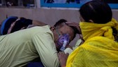 Một người đàn ông mắc Covid-19 nằm ở hành lang Bệnh viện Guru Teg Bahadur tại thủ đô New Delhi, ngày 23-4. Ảnh: Reuters
