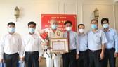 Đồng chí Nguyễn Văn Đức (80 tuổi), Anh hùng, thuyền trưởng Đoàn tàu không số nhận Huy hiệu 60 năm tuổi Đảng. Ảnh: MAI HOA