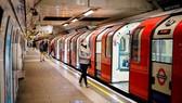 Ga tàu điện ngầm vắng người ở London trong mùa dịch Covid-19
