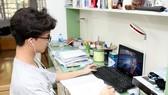 Học sinh học trực tuyến tại nhà khi phải nghỉ học do Covid-19. Ảnh: QUANG PHÚC