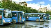 Xe buýt sử dụng khí nén thiên nhiên (CNG) chờ giờ xuất bến tại Bến xe Chợ Lớn. Ảnh: HOÀNG HÙNG