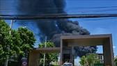 Khói bốc lên từ hiện trường vụ nổ nhà máy hóa chất ở Bang Phli, Samut Prakan, Thái Lan ngày 5-7-2021. Ảnh: AFP/TTXVN