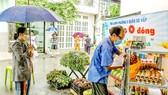 Người dân khu cách ly phường 5, quận Gò Vấp, TPHCM lần lượt vào kệ hàng 0 đồng lấy hàng hóa cần thiết trong ngày. Ảnh: HOÀNG HÙNG