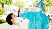Lấy mẫu test nhanh người dân quận Gò Vấp trong ngày 5-7