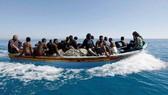 Một trong những chiếc thuyền nhỏ được lực lượng an ninh Maroc cứu giúp. (Nguồn: MbS)