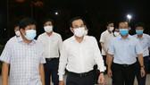 Bí thư Thành ủy TPHCM Nguyễn Văn Nên kiểm tra đột xuất công tác phòng chống dịch Covid-19 tại chợ đầu mối Bình Điền. Ảnh: VĂN MINH