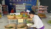 Người dân chọn các mặt hàng thiết yếu tại Siêu thị mini 0 đồng