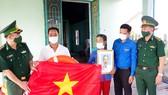 Chương trình trao tặng ảnh Bác Hồ, cờ Tổ quốc cho ngư dân