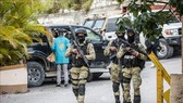 Cảnh sát gác bên ngoài dinh thự Tổng thống Haiti Jovenel Moise ở Port-au-Prince, ngày 15-7-2021. Ảnh: AFP/TTXVN