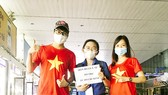 Minh Thy (giữa) và các bạn tình nguyện viên đón đoàn y bác sĩ từ các tỉnh thành chi viện cho TPHCM