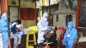 Nhân viên y tế Ấn Độ sử dụng xét nghiệm kháng nguyên nhanh. Ảnh: Hindustan Time