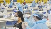 Người dân tiêm vaccine ngừa Covid-19 tại quận 11, TPHCM, ngày 27-6-2021. Ảnh: CAO THĂNG