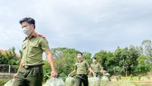 Lực lượng Công an tỉnh An Giang thu mua rau hỗ trợ nông dân huyện Chợ Mới (An Giang). Ảnh: TIẾN TẦM