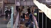 Cảnh sát Osaka điều tra tại hiện trường vụ một công dân Việt Nam bị hành hung và đẩy xuống sông Dotonbori tử vong, ngày 2-8 / TTXVN