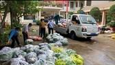 Trụ sở UBND phường Hiệp Phú  thành nơi tập kết hàng hóa, cán bộ phường trực tiếp vận chuyển nhu yếu phẩm đến người dân. Ảnh: THU HƯỜNG