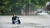 Cảnh ngập lụt sau những trận mưa lớn tại Trịnh Châu, tỉnh Hà Nam, Trung Quốc, ngày 20-7. Ảnh: THX/TTXVN