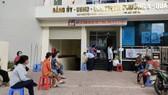 Người dân đến nhận tiền hỗ trợ tại UBND phường 8 quận 5. Ảnh: MAI HOA
