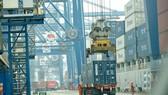 Container hàng hóa xuất khẩu đang được đưa lên tàu tại cảng Tân Cảng Hiệp Phước, huyện Nhà Bè, TPHCM. Ảnh: CAO THĂNG