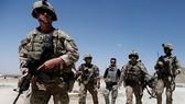 Binh sĩ Mỹ đi tuần quanh doanh trại quân đội Afghanistan tại tỉnh Logar. Ảnh: REUTERS
