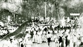 Nhân dân Sài Gòn biểu tình giành chính quyền ngày 25-8-1945. Ảnh: TƯ LIỆU