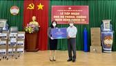 Chủ tịch Quỹ từ thiện Kim Oanh tặng thiết bị y tế, gạo cho Ủy ban MTTQ Việt Nam tỉnh Đồng Nai